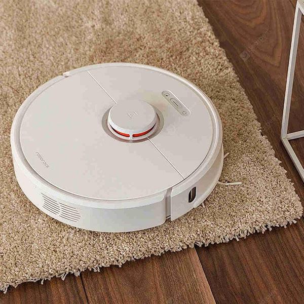 Un aspirateur robot roborock sur un tapis